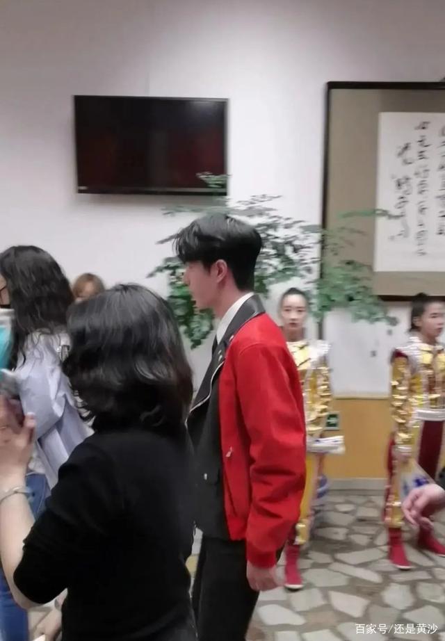 王一博加入央视元宵晚会,出现在录制后台、红外套、青春喜庆